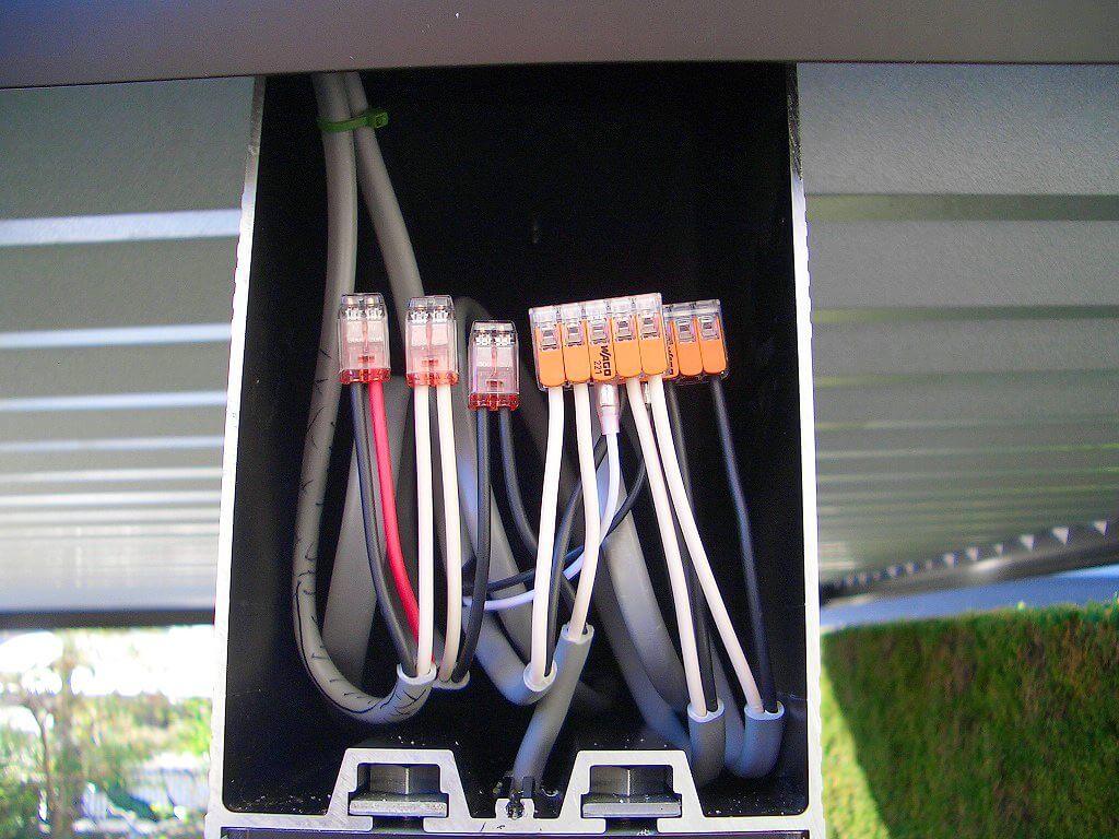 カーポート照明の配線工事(ケーブルの接続部分)