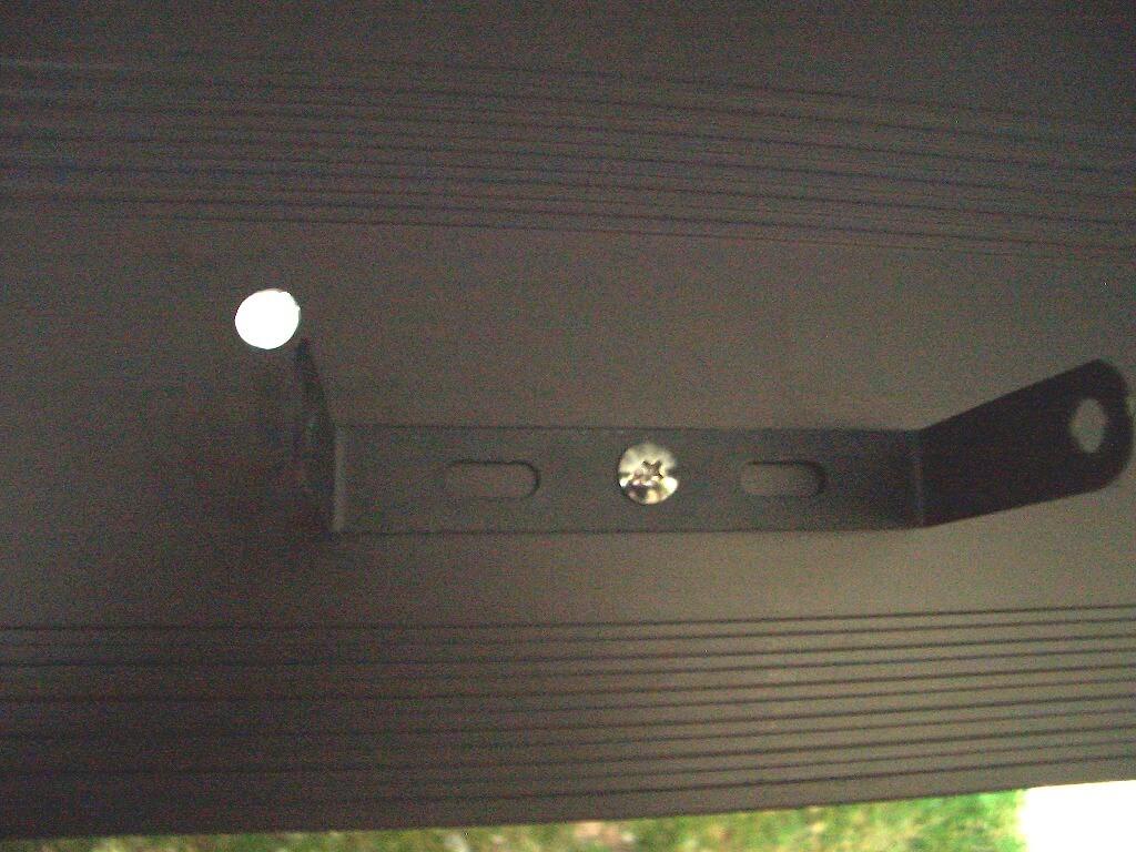 カーポート照明用のLED投光器を取り付けるための梁の穴あけ加工