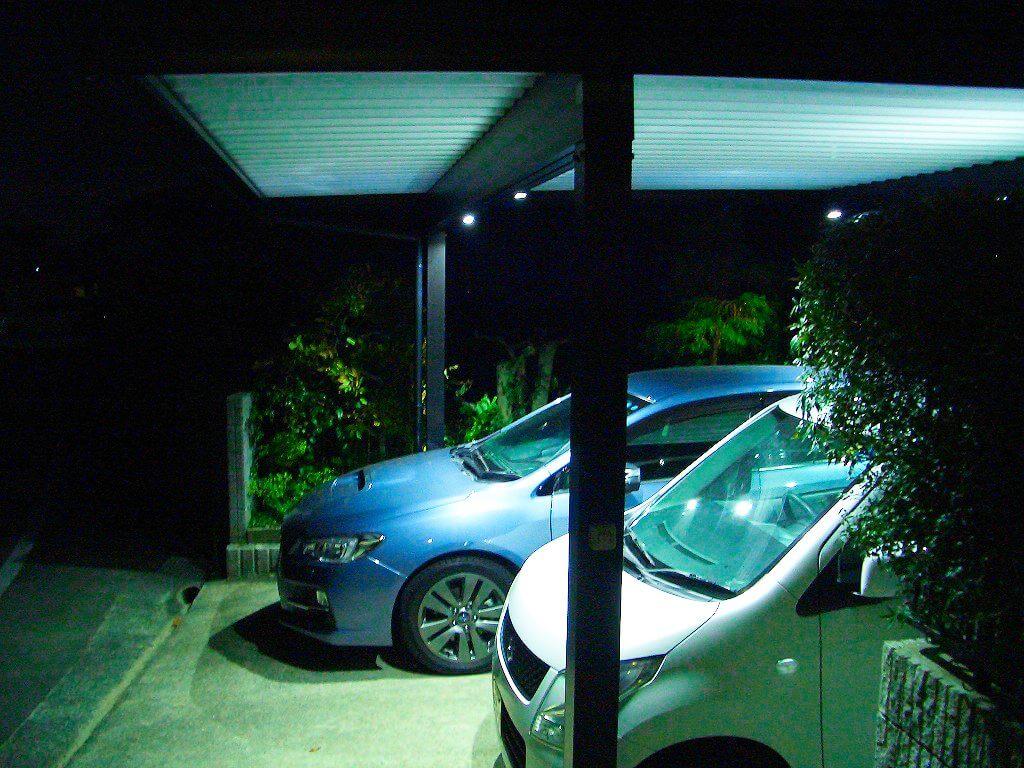 LEDのカーポート照明を点灯した様子