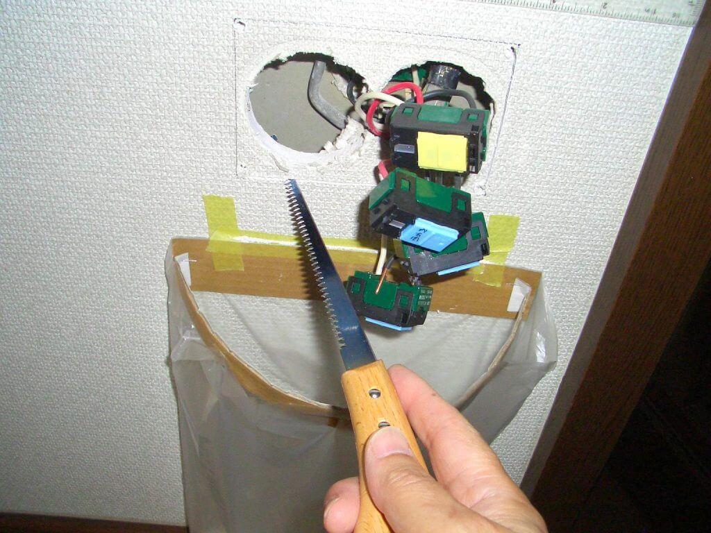 照明スイッチ取り替え工事(石膏ボードの穴あけ)