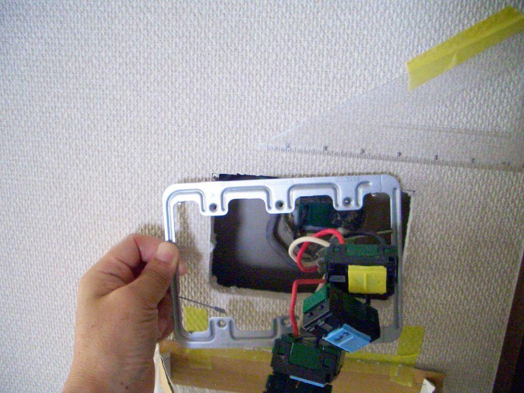 照明スイッチ取り替え工事(押え金具の挿入)