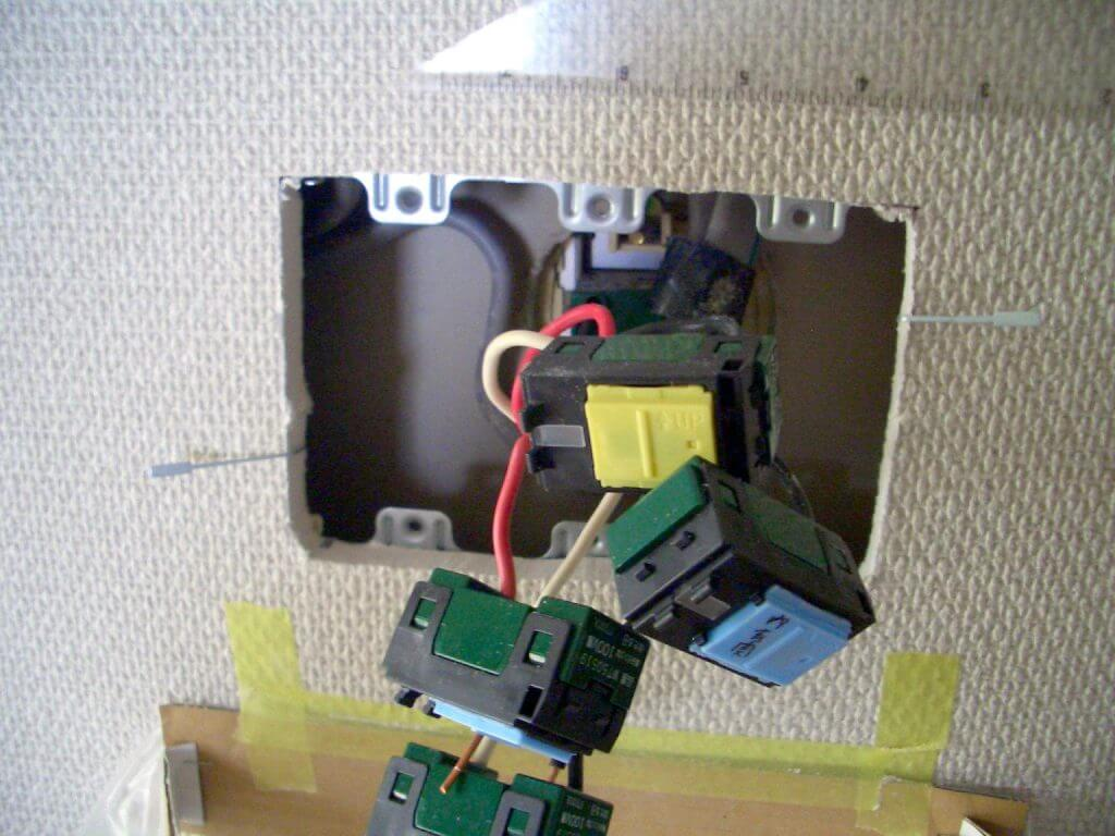 照明スイッチ取り替え工事(押え金具の挿入3)