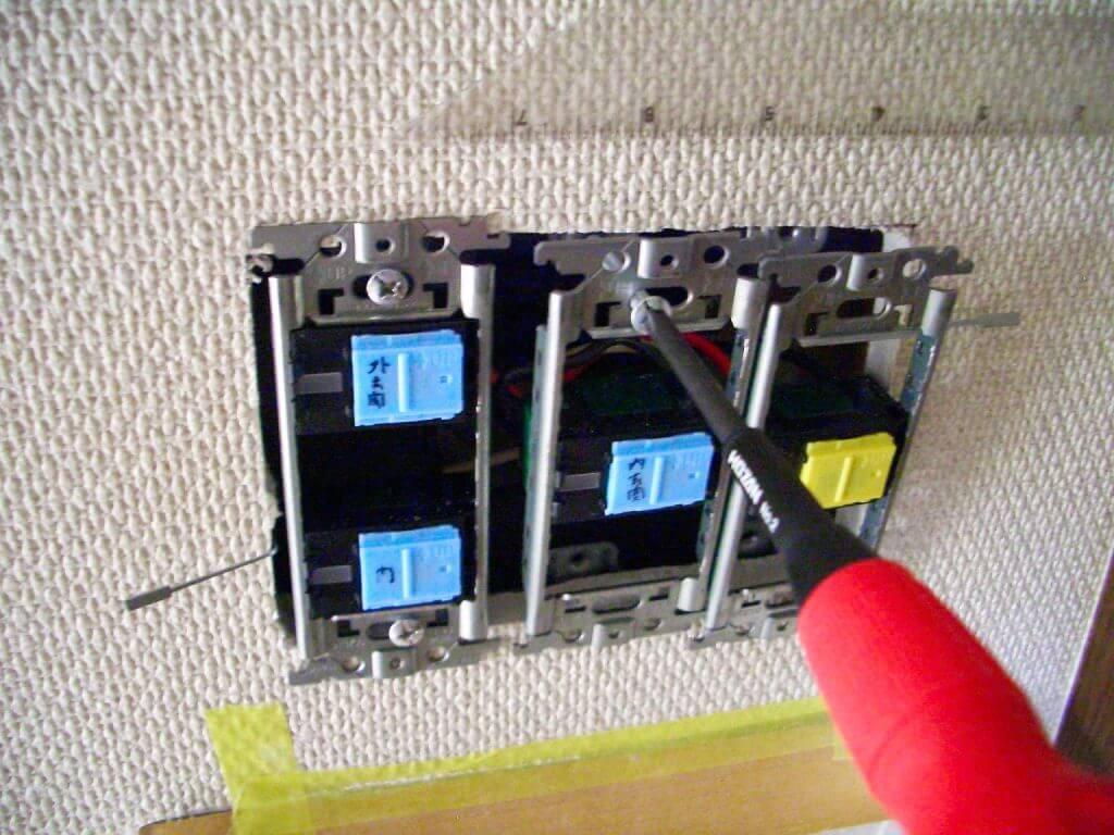 照明スイッチ取り替え工事(壁の押え金具への固定)