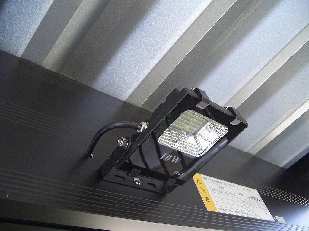 カーポートの梁に取り付けたLED投光器