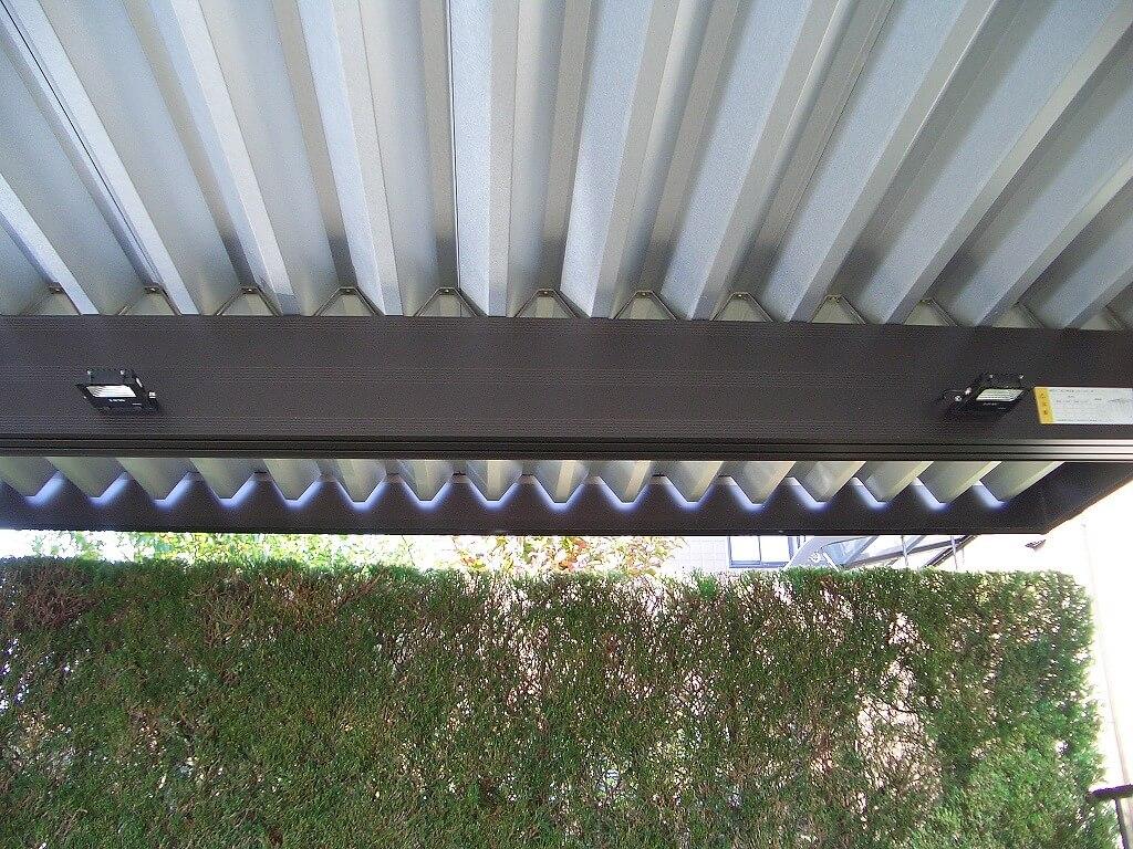 カーポートの梁に取り付けたLED投光器(後方の右と中央)