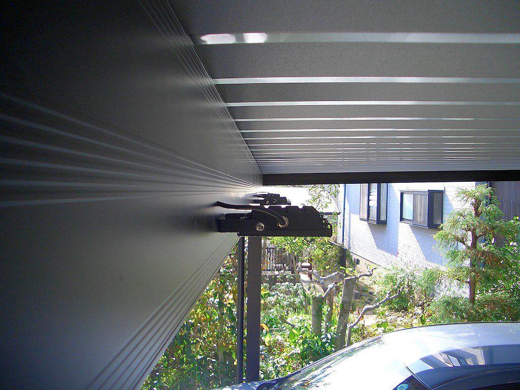 カーポートの梁に取り付けたLED投光器(前方・真横から)