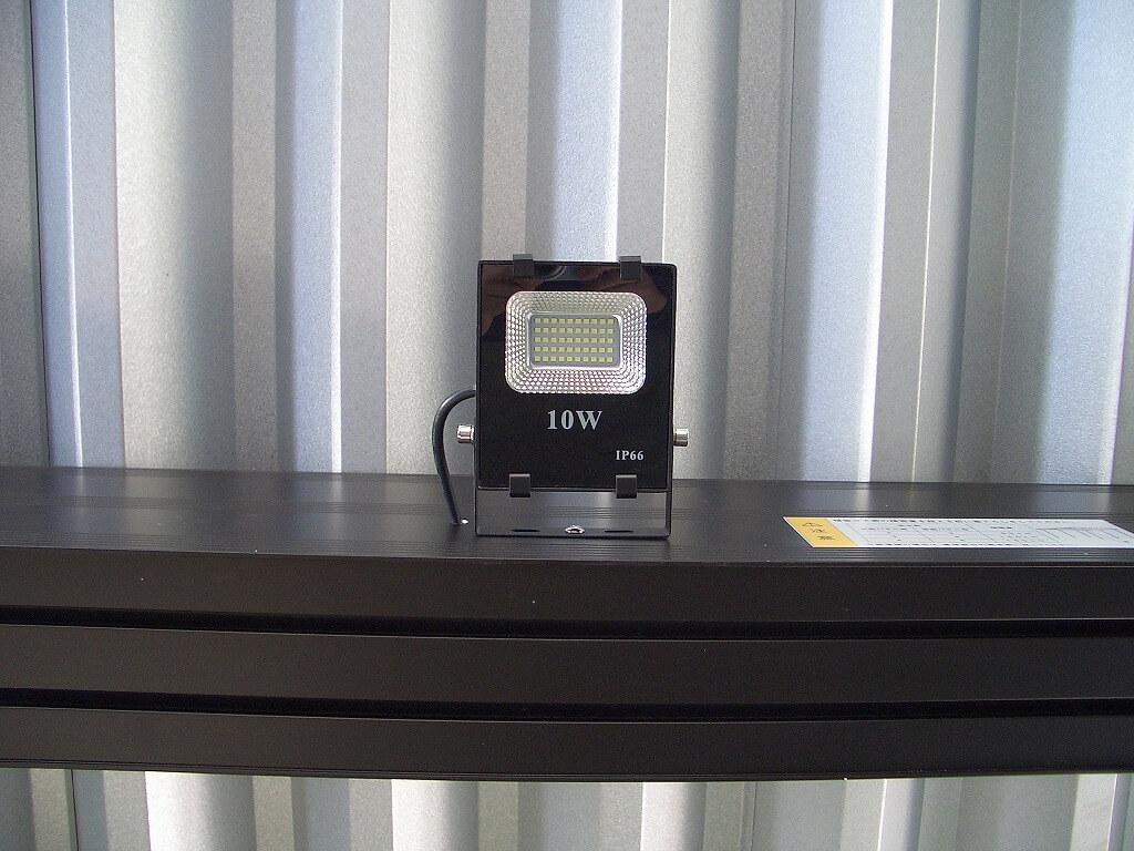 カーポートの梁に取り付けたLED投光器(真下から姿)