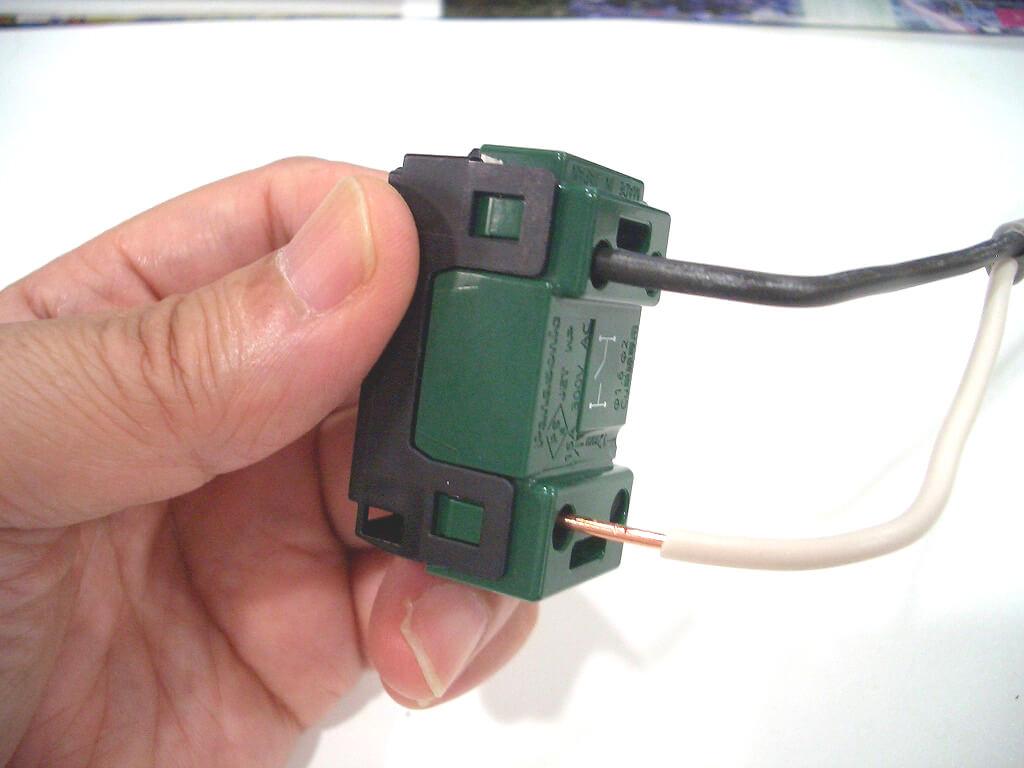 スイッチにケーブルを接続する方法の説明