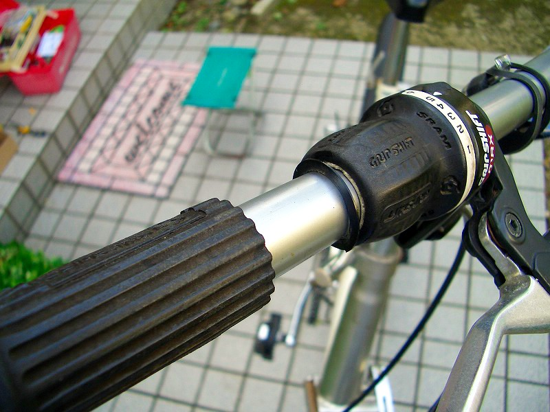 自転車ハンドルのグリップの取り外し