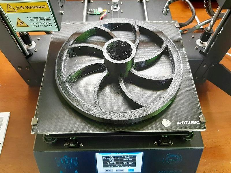 3Dプリンター「ANYCUBIC MEGA-S」でプリントしたアイテム。 ヒートベッドの上。