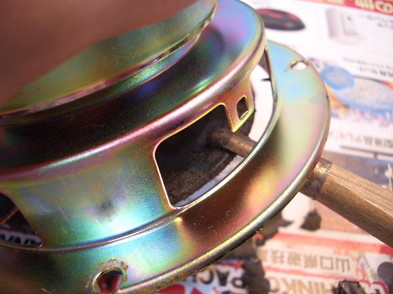 コーン裏側部分のウレタンのカスの除去