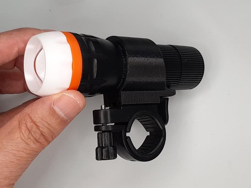 「SUPER LED ズームライト」を取り付けたホルダーを台座に装着したところ その2