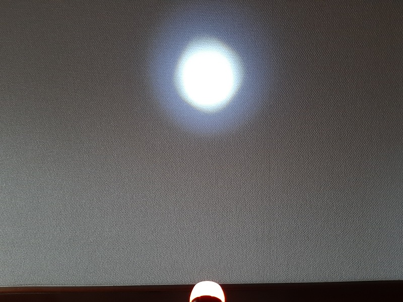 ダイソーSUPER LED ズームライトのズームの様子 光を集光した状態