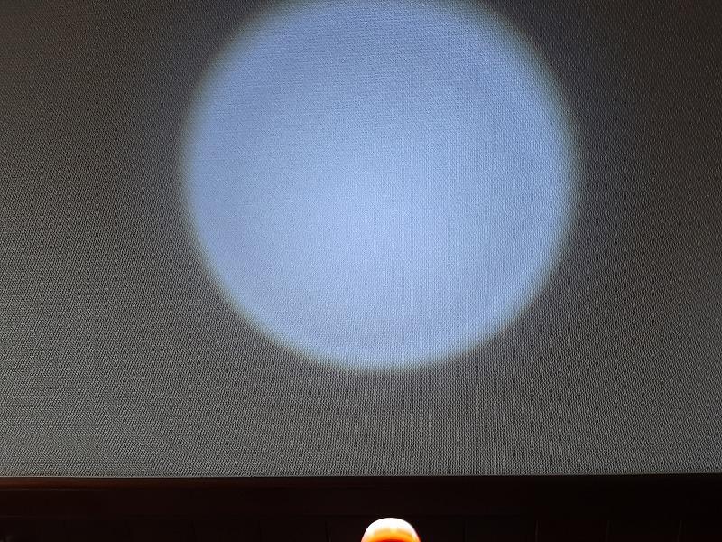 ダイソーSUPER LED ズームライトのズームの様子 光を拡散した状態