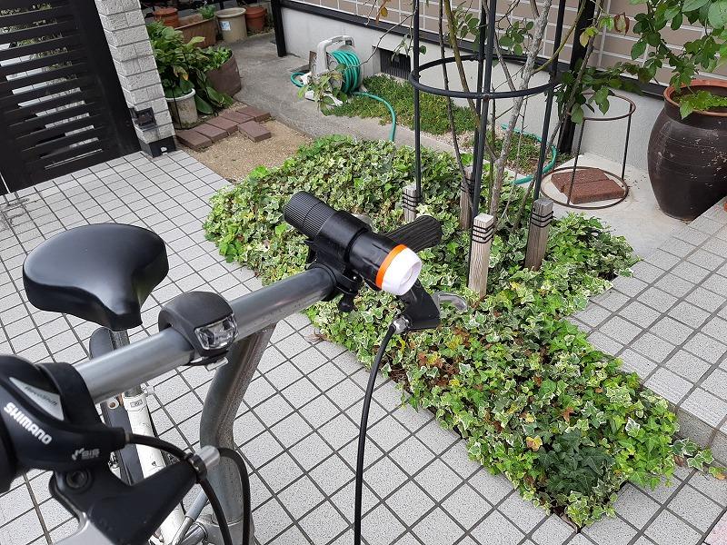 自転車仕様にした「SUPER LED ズームライト」をハンドルに取り付けたところ