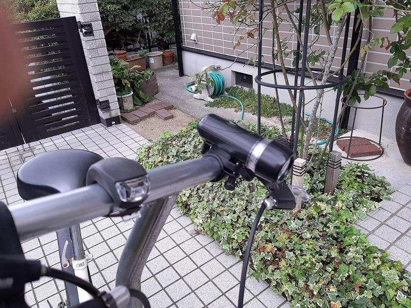 ダイソー自転車ライトをハンドルに装着
