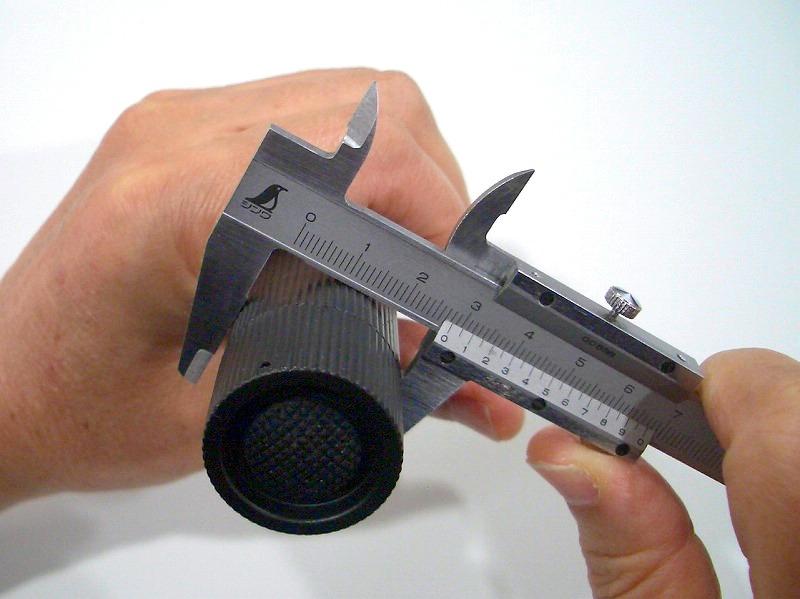 ダイソー SUPER LED ズームライトのボディの直径をノギスで計測